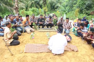 Wakapolres Aceh Singkil Do'a Bersama dengan Warga usai pemakaman